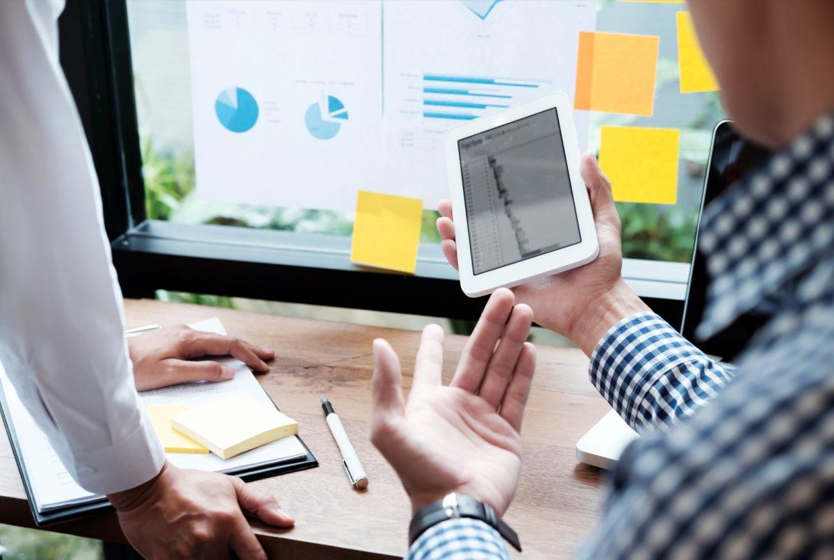 Gente de negocios analizando datos