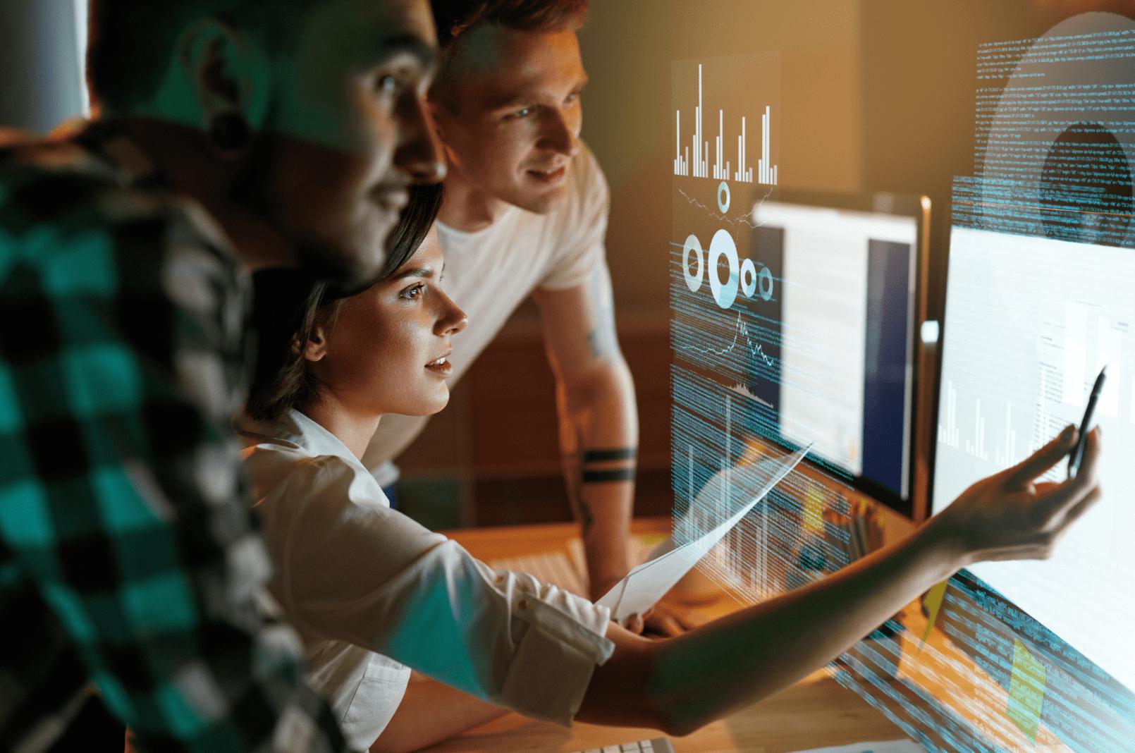 Programadores Que Trabajan En El Software En La Oficina. Equipo De Personas Codificando Nueva Aplicación