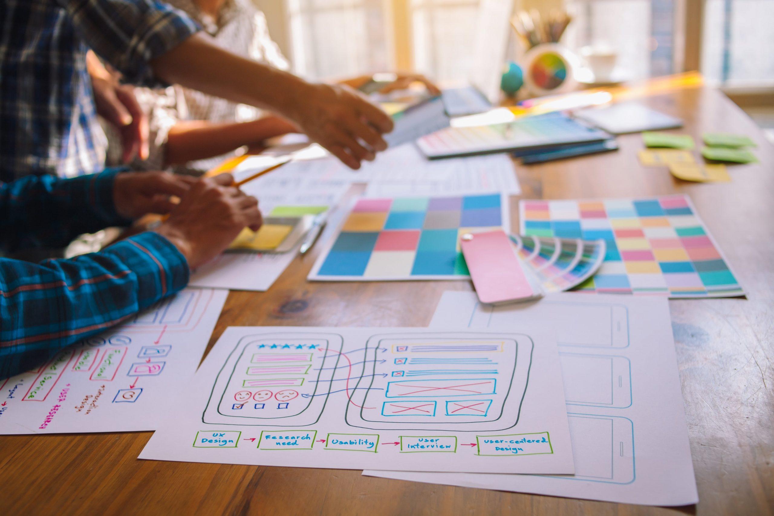 diseñadores reunidos planeando estrategias de customer experience