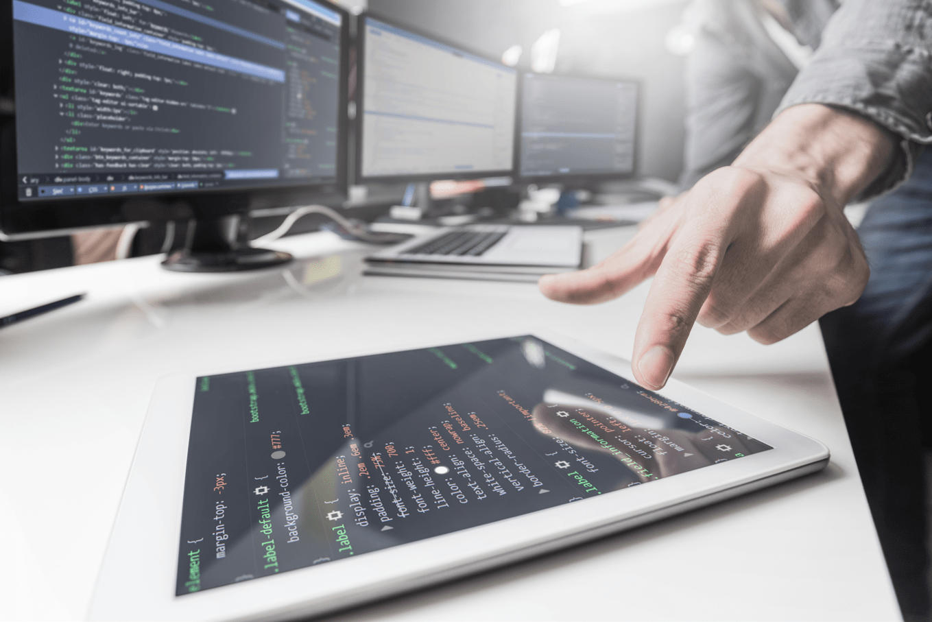 persona desarrollando software low code
